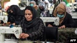 کڑھائی سلائی کر کے روزگار کمانے والی افغان خواتین(فائل فوٹو)