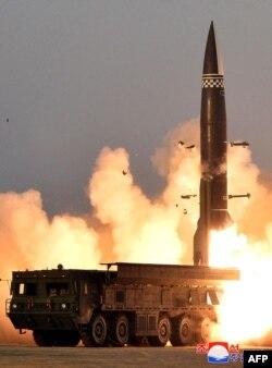 북한은 전날인 25일 새로 개발한 신형전술유도탄시험발사를 진행했다며 26일 관영매체를 통해 사진을 공개했다.