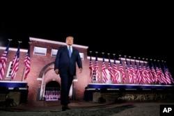 Predsednik Donald Tramp korača ka bini nakon govora potpredsednika Majka Pensa, tokom treće noći Republikanske nacionalne konvencije, u Fort Mekhenri nacionalnom memorijalu u Baltimoru, 26. avgusta 2020