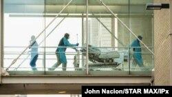 18일 미국 뉴욕시에 위치한 마운트 시나이 병원에서 의료 관계자들이 병상을 옮기는 모습이 보인다.