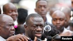 FILE - Uganda's main opposition leader Kizza Besigye (C) speaks to the media in Uganda's capital Kampala, Oct. 4, 2016.