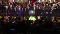 Obama nắm tay Bush cùng hát