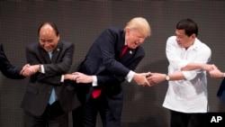 美國總統特朗普2017年在越南出席東盟高峰會議時與東盟成員國領導人牽手。