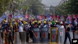 缅甸仰光的示威者手持土制盾牌抗议(2021年3月9日)