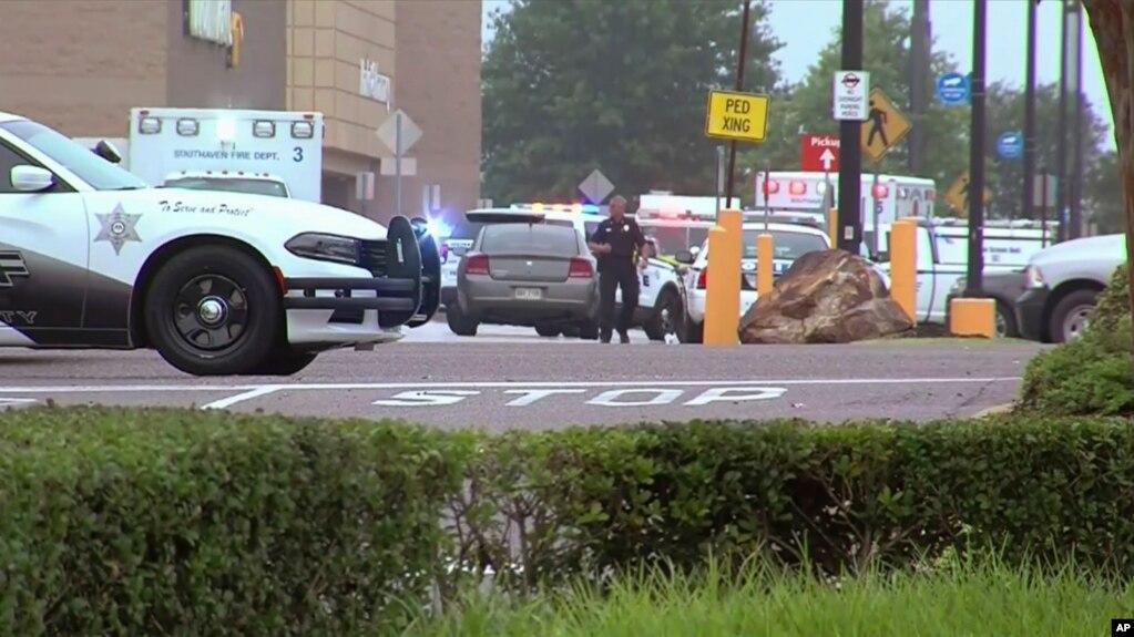 Đài WATN-TV loan tin cảnh sát và nhân viên cứu hộ tại hiện trường nổ súng ở siêu thị Walmart, Southaven, Mississippi, ngày 30/7/2019.