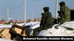 蘇丹軍人在靠近埃塞俄比亞邊境的難民營中看管救援物資(2020年11月24日)
