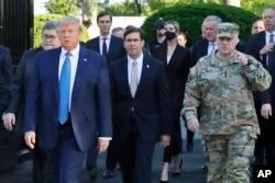 资料照片:特朗普总统在司法部长巴尔、国防部长埃斯珀和参联会主席米利等官员陪同下步行离开白宫,前往附近的圣约翰教堂。(2020年6月1日)