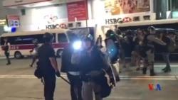 香港警察以強力電筒照射指罵他們的市民