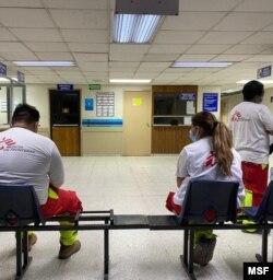 Personal de Médicos Sin Fronteras a la espera de conocer el estado de salud de las dos personas que sufrieron contusiones y heridas en un ataque directo a la organización en El Salvador. [Foto cortesía Médicos Sin Frontera].