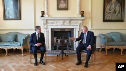 Perdana Menteri Inggris Boris Johnson, (kanan) dan Menteri Luar Negeri AS Antony Blinken bertemu di 10 Downing Street, di London, Selasa, 4 Mei 2021.