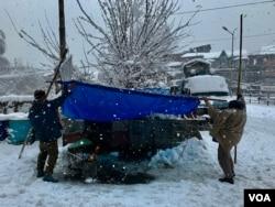رواں ماہ کے آغاز میں پڑنے والی برف باری کے باعث مختلف علاقوں میں بند ہونے والی رابطہ سڑکوں کو اب بھی مکمل طور پر کھولا نہیں جا سکا۔