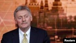 Phát ngôn nhân điện Kremli Dmitry Peskov lắng nghe TT Vladimir Putin tại cuộc họp báo cuối năm ở Moscow ngày 19/12/2019. REUTERS/Evgenia Novozhenina