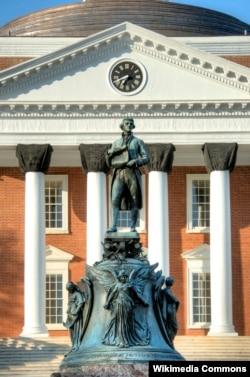 미국 버지니아주 샬러츠빌 버지니아대학교에 설립자 토머스 제퍼슨의 동상이 세워져있다.
