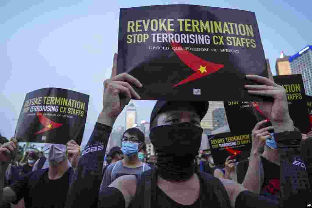 示威者在港岛中区爱丁堡广场举着标语牌抗议国泰航空屈服北京压力打压员工 (2019年8月28日)