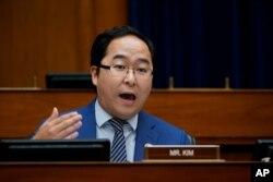 한국계인 앤디 김 미국 민주당 하원의원이 3일 뉴저지주 선거에서 승리하며 재선에 성공했다.