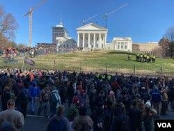 Police keep an eye on protesters during a gun rally in Richmond, Virginia, Jan. 20, 2020. (Carolyn Presutti/VOA)