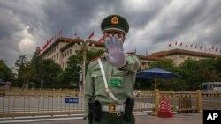 Arhiva - Vojnik Kineske narodnooslobodilačke armije gestikulira fotoreporteru da obustavi fotografisanje, ispred Velikog narodnog doma, nakon druge sednice Narodne skuopštine Kine, u Pekingu, 25. maja 2020.