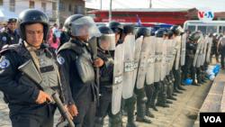 Policías en el exterior de una iglesia en Masaya, Nicaragua, donde tuvo lugar una manifestación antigubernamental. Foto archivo VOA.
