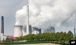Sebuah pembangkit listrik tenaga batubara di Neurath, Jerman (foto: dok). IPCC mengatakan dunia dapat mengurangi dampak pemanasan bumi jika beralih dari penggunaan bahan bakar fosil.