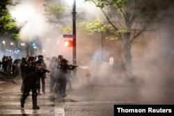 Los agentes montan guardia durante los disturbios que siguieron a la decisión del gran jurado en el caso Breonna Taylor de Louisville, en Portland, Oregon, EE.UU., el 23 de septiembre de 2020.