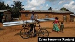 Un homme pousse un vélo chargé de tôles en acier à Beni, en République démocratique du Congo, le 8 octobre 2019. REUTERS/Zohra Bensemra