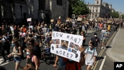People march towards Trafalgar Square in central London on May 31, 2020 to protest against the recent killing of George Floyd by police officers in Minneapolis that has led to protests across the US.
