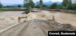 Puente colapsado en Los Amates, Izabal, durante el paso de la tormenta tropical Eta en noviembre de 2020. Foto cortesía de @ConredGuatemala.