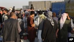 Hàng trăm người tại một điểm kiểm soát ở sân bay Hamid Karzai, ở Kabul, Afghanistan, hôm 25/8/2021.