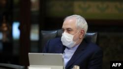 11일 이란 테헤란에서 열린 내각회의에서 모하마드 자바드 자리프 외무장관 등 각료들이 신종 코로나바이러스 감염을 막기 위한 마스크를 쓰고 있다.