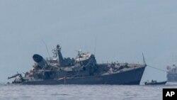 Kapal penyapu ranjau milik AL Yunani yang rusak akibat tabrakan dengan kapal kontainer diderek ke pelabuhan Piraeus, Selasa, 27 Oktober 2020.