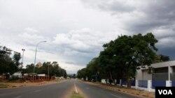 Barabara isiyo na shughuli nyingi nchini Botswana. (Mqondisi Dube/VOA)
