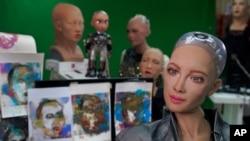 인공지능 로봇 '소피아'가 직접 그린 그림에 대한 질문에 답변하고 있다. 소피아의 작품은 NFT의 형태로 고가에 팔리면서 화제가 됐다.