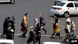 3일 이란 수도 테헤란에서 마스크를 쓴 행인들.