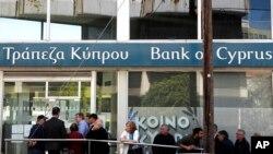 组图:塞浦路斯各银行在严密控制下重新开门