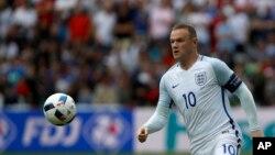 Wayne Rooney de l'Angleterre contrôle le ballon lors du match de football du Groupe B entre l'Angleterre et le Pays de Galles lors de l'Euro 2016 au stade Bollaert de Lens, le jeudi 16 juin 2016.