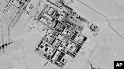 Na fotografiji napravljenoj špijunskim satelitom 29. septembra 1971. sa kog je vlada SAD kasnije skinula oznaku tajnosti, vidi se postrojenje poznato kao Centar za nuklearna istraživanja Šimon Peres, nedaleko od Dimone, Izrael