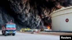 Sebuah tanki minyak meledak dalam pertempuran di kota Ras Lanuf, Libya (foto: ilustrasi).