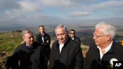 بنیامین نتانیاهو نخست وزیر اسرائیل (وسط)، سناتور جمهوریخواه لیندسی گراهم (چپ) و دیوید فریدمن سفیر آمریکا در اسرائیل (راست)، در بازدید از مرز اسرائیل و سوریه در بلندی های جولان تحت کنترل اسرائیل - ۱۱ مارس ۲۰۱۹