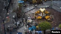 폭발이 발생한 태국 방콕의 에라완 사원 주변에서 18일 전문가들이 사건 현장을 수색하고 있다.