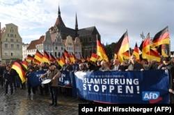 """Rostock'ta """"İslamlaşmayı durdurun"""" pankartı taşıyan AfD göstericileri"""