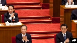 2012年3月11日,令计划(坐在温家宝后面)和胡锦涛、温家宝一起出席中国人大会议