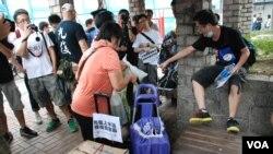 參與「光復孝思亭」行動的示威人士(右一),指責疑似水貨客佔用休憩設施作為分貨點,驅趕他們離開 (美國之音湯惠芸拍攝)