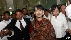Pemimpin oposisi Burma, Aung San Suu Kyi, tiba di bandara internasional Yangon (3/6) dari lawatan pertamanya ke Thailand.
