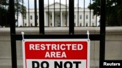 Bảng cảnh báo bên ngoài Tòa Bạch Ốc ở Washington, ngày 23/10/2014.