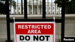 23일 미국 워싱턴의 백악관 앞에 접근 금지 표지판이 걸려있다.