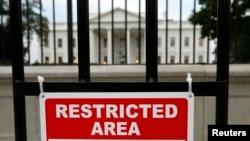 El intruso de 23 años de edad que traspasó la cerca de la Casa Blanca fue detenido sin derecho a fianza en una comparecencia el jueves ante un juez estadounidense.