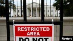 23일 미국 워싱턴의 백악관 앞에 접근 제한 싸인이 걸려있다.