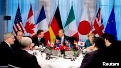 바락 오바마 미국 대통령이 24일 네덜란드 헤이그에서 주요 7개국 정상들과 우크라이나 사태 대응 방안을 논의하고 있다.