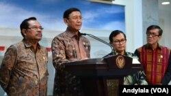 Menkopolhukam Wiranto memberikan keterangan kepada pers tentang telah ditadatanganinya Perpres nomor 87 tahun 2016 oleh Presiden Joko Widodo, di kantor Presiden Jakarta, Jumat, 21 Oktober 2016 (Foto: VOA/Andylala)
