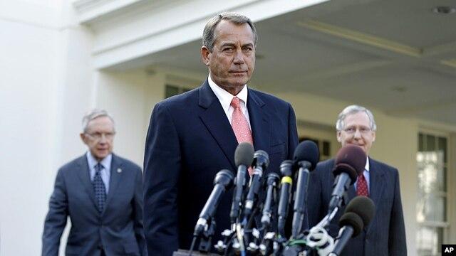 Lãnh tụ Đảng Dân chủ và Đảng Cộng hòa tại Thượng viện Harry Reid (trái) và Mitch McConnell (phải) bên ngoài Tòa Bạch Ốc, 16/11/2012